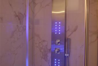 Bagno arredato. Box doccia in cristallo. Mobile e specchio  Veneto PD Padova
