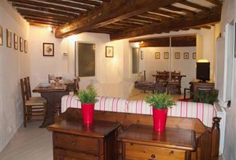 Il salone è con travi a vista, il pavimento è di parquet Toscana SI Siena