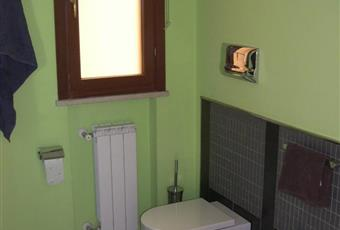 Il bagno con doccia non risulta piastrellato sulle pareti che sono state preparate con una speciale pittura della sickens. La doccia ha una dimensione di 90*90 cm mentre il lavandino, con una forma di design, dispone di un grande piano di appoggio  Campania CE San Nicola la strada