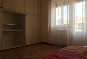 stanza molto luminosa, con balcone, grande armadio a muro, presa tv, scrivania, soffitto alto  Lazio RM Roma
