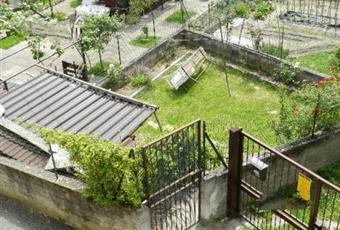 Il pavimento è piastrellato, il salone è con camino, il giardino è con erba, travi a vista Piemonte TO Mattie