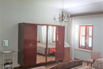 La camera da letto è luminosa: al piano superiore ci sono tre camere da letto e un bagno Piemonte AT Rocca D'arazzo