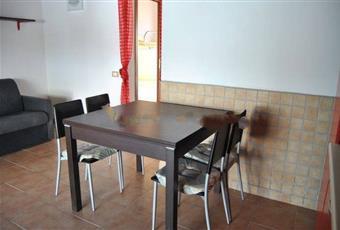 La cucina è con travi a vista, il pavimento è piastrellato Sardegna SS Viddalba
