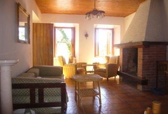 Il salone è con soffitto a volta, il pavimento è piastrellato, il salone è con camino, il salone è luminoso Toscana LU Stazzema