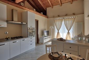 Il pavimento è di gres porcellanato effetto listone, la cucina è con travi a vista Valle d'Aosta AO Fontainemore