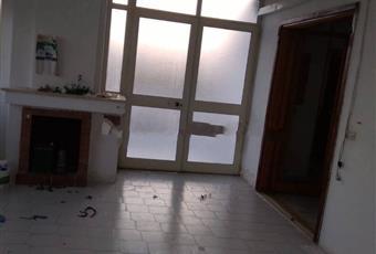Il pavimento è piastrellato, il salone è con camino Puglia LE Lecce