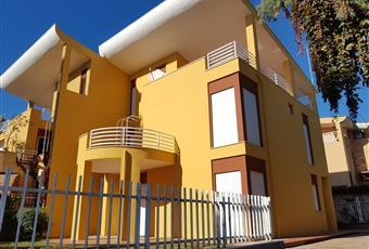 La facciata della villa è stata integralmente di rifatta da pochi mesi. Le imposte sono nuove così come suono nuovi anche gli infissi. Calabria RC Reggio di Calabria