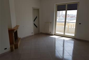 Ampia cucina con caminetto, cucinino e ripostiglio. Affaccio su via Stazione Puglia BA Turi