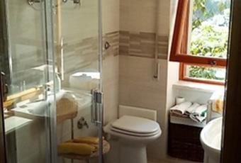 Il pavimento è piastrellato, il bagno è luminoso Lazio RM Marino