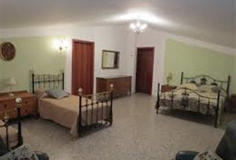 5 camere ampie in totale, sempre con bagno privato. 4 al primo piano e 1 a piano terra. Possibile realizzare altre camere nel interrato e nei ammessi. Puglia BA Noci
