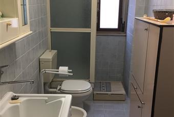 Il pavimento è piastrellato, il bagno è luminoso e dotato di doccia Lazio FR Frosinone