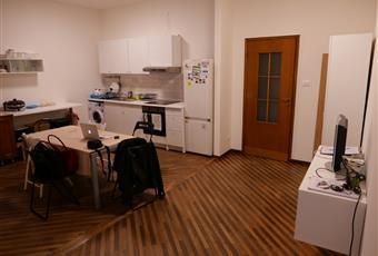 La cucina è ampia e nuova, con frigo, fuochi a induzione, forno e lavatrice. Presenza di un angolo soggiorno con divano. Pavimentazione in parquet. Emilia-Romagna BO Bologna
