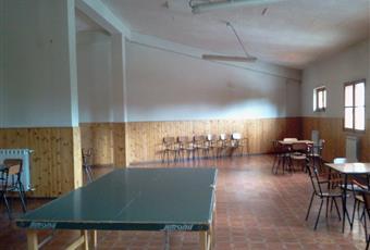 Il salone è luminoso, il pavimento è di parquet, con camino Abruzzo AQ Roccaraso