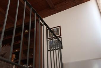 Il salone e munito di un grande termoconvettore e da un sistema di ventilazione/luce individualmente selezionabile. Il pavimento dei locali, terrazzo e balconcino e rivestito di piastrelle in cotto di prima categoria effetto antiscivolo. Le mura e il tetto sono intonacate di bianco. La grande cucina e il forno in muratura nel terrazzo permette di cucinare, grigliare e fare pizze direttamente li sul posto. La cosa viene facilitata dall´installazione di un argano telecomandato installato sul balcone di servizio che da sulla via Mazzini. Questo argano mota carico munto di grande gabbia porta oggetti e´programmato di fermarsi allíngresso del garage della via mazzini, al balcone della cucina del primo piano e al secondo piano evitando cosi faticosi su e giu. Si possono caricare sul monta carico 30 Kg di legna, o 18/20 bottiglie da 2 lt, stoviglie, etc o vestiti da lavare nel     Sicilia AG Porto Empedocle