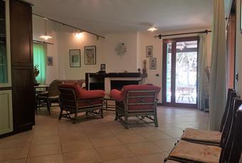 Il pavimento è piastrellato, il salone è luminoso con arredi su misura Sardegna SU Carloforte