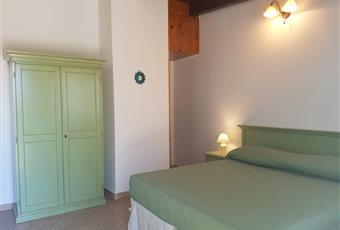 Il pavimento è piastrellato, la camera è luminosa Sardegna SU Carloforte