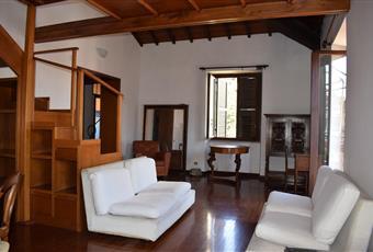 Il pavimento è di parquet, il salone è con travi a vista, il salone è luminoso Lazio RM Roma