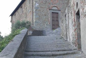 L'immobile si trova all'interno del borgo medioevale, con vista diretta all'interno dei cortili della splendida Villa Garzoni. Toscana PT Pescia