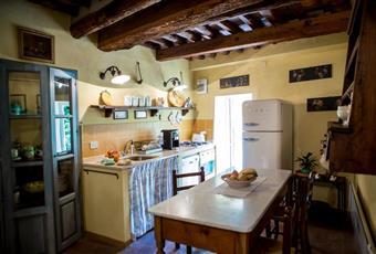 La cucina si trova in un locale al piano terra con travi a vista; la cucina. realizzata in muratura su misura, è dotata di uno splendido piano in travertino. Tutti gli arredi provengono dai mercatini di antiquariato toscani. Toscana PT Pescia