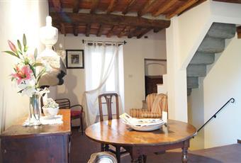 Il salone si trova in un locale al piano primo con travi a vista e pavimento in cotto originale; il salone, dotato di camino d'epoca funzionante, è impreziosito da arredi provenienti dai mercatini di antiquariato toscani.Il salone è con travi a vista, il salone è luminoso Toscana PT Pescia