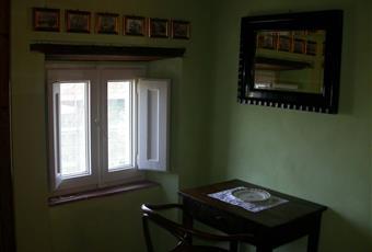La prima camera da letto matrimoniale/doppia si trova in un locale al piano secondo con travi a vista e pavimento in cotto originale; la stanza è impreziosita da arredi provenienti dai mercatini di antiquariato toscani. La camera è molto intima. Toscana PT Pescia