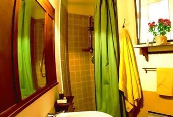 Il bagno privato della prima camera da letto matrimoniale. Toscana PT Pescia