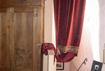 La camera da letto padronale, caratterizzata da travi a vista e pavimento in cotto originale, occupa tutto l'ultimo piano dell'immobile; la stanza è impreziosita da arredi provenienti dai mercatini di antiquariato toscani. La camera è molto luminosa. Toscana PT Pescia