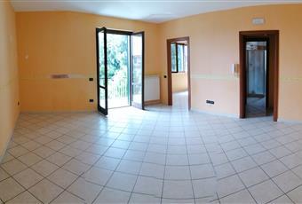La stanza è luminosa, con soffitto alto e vista sul giardino Seicentesco del Palazzo Pagano sito in Quadrelle Campania AV Quadrelle