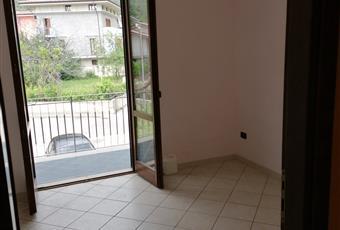 La casa è dotata di 3 camere da letto, due con balcone e una con finestra Campania AV Quadrelle