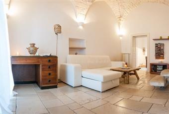 Il salone è con soffitto alto, il pavimento è piastrellato Puglia BR Ostuni