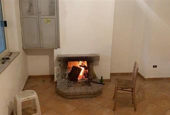 Il salone è con camino, il pavimento è piastrellato Lazio FR Patrica
