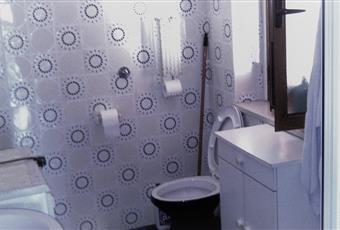 Sanitari in perfetto ordine e funzionanti. Comprende box doccia, lavatrice nuova, specchi.L'erogazione dell'acqua calda avviene con boiler elettrico che serve anche la cucina. Calabria CZ Sellia Marina