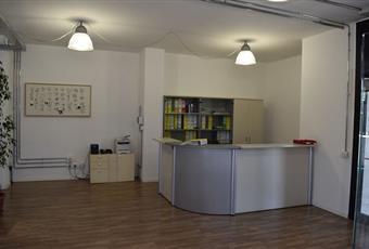 Il pavimento è di parquet nella zona uffici e ceramica nel magazzino. Lombardia MB Agrate Brianza