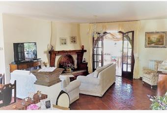 Il pavimento è piastrellato, il salone è con camino, il salone è luminoso Lazio LT Aprilia