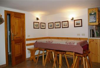 Sala da pranzo con accanto la cucina. Valle d'Aosta AO Valtournenche