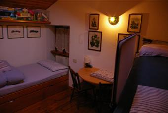 Camera con due lettima castello e un divano letto. Ha due finestre e un piccolo soppalco. Valle d'Aosta AO Valtournenche