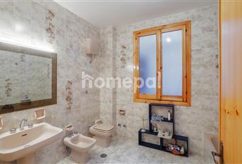 Bagno piastrellato con finestra e vasca Puglia BA Cassano delle Murge