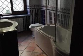 Il pavimento è piastrellato, il bagno è luminoso Molise IS Monteroduni