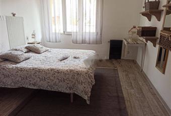 La camera è luminosa, il pavimento è di parquet, con soffitto alto Toscana LI San Vincenzo