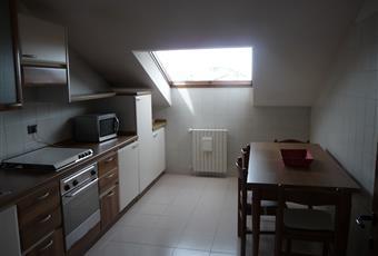 Il pavimento è piastrellato, il salone è con camino, il salone è con mattoni a vista, soffitto a volta, luminoso, la cucina è luminosa Lombardia VA Saronno