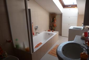 Il pavimento è piastrellato, il bagno è luminoso Lombardia VA Saronno