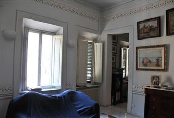 Il soggiorno, con soffitti alti oltre 4 metri, è comunicante con lo studio (seconda foto) e con la sala da pranzo (terza foto). La quarta e quinta foto evidenziano i fregi creati da professionisti del restauro di case d'epoca. Il vano ha 3 finestre, quindi è molto luminoso. Toscana LI Livorno