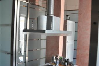 La cucina è stata inserita in una gabbia di acciaio e vetro satinato che occupa parte del grande vano d'ingresso dell'appartamento la cui costruzione risale all'anno 1900 .luminosa Toscana LI Livorno