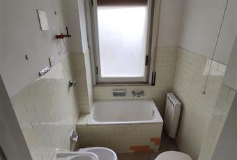 Il bagno è luminoso, il pavimento è piastrellato Puglia TA Taranto