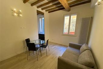 Il salone è con travi a vista, il pavimento è di parquet, il salone è luminoso, soffitto a volta Emilia-Romagna MO Modena