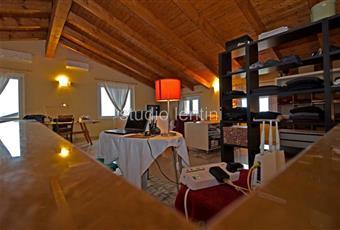 Il salone è con soffitto a volta, il salone è luminoso, il salone è con travi a vista, il pavimento è piastrellato Piemonte AL Conzano