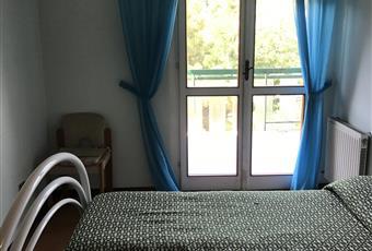 La camera è luminosa, il pavimento è di parquet Abruzzo TE Silvi