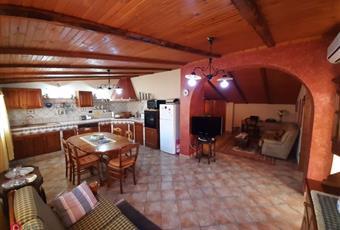 Il pavimento è piastrellato, la cucina è con travi a vista Sicilia AG Santa Margherita di Belice