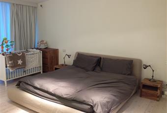 la stamza da letto patronale è grande e luminosa con vetrature complete su 2 lati. si accede allo spogliatoio e al bagno del 1 piano. Lombardia MI Milano