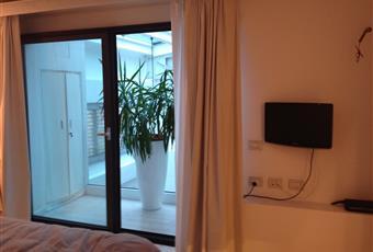 La camera è luminosa con balcone che affaccia internamente sulla cucina. Lombardia MI Milano